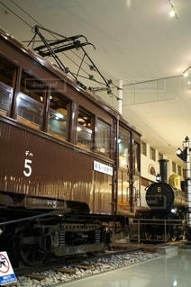 東武鉄道博物館に保存されている鉄の線路上の古い木造車両の写真・画像素材[2775380]