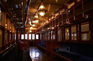 大正時代に登場した東武鉄道の古い電車の車内の写真・画像素材[2775381]