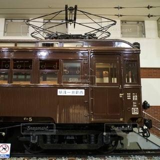鉄の線路上に綺麗に保存展示されている東武鉄道の古い木造電車デハ5の写真・画像素材[2775382]
