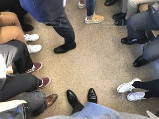 朝の通勤通学時間帯の京阪電車の車内に見るたくさんの男女の足と靴の写真・画像素材[2775739]