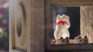 東京世田谷にある豪徳寺境内の招き猫が居座る石灯篭の写真・画像素材[2783825]