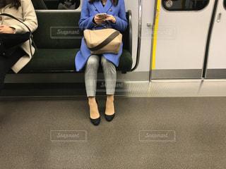 帰りの通勤電車の中でスマホを操作する大人の女性の写真・画像素材[2795501]