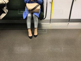 ベンチに座っている人帰宅の電車の中でスマホを操作する大人の女性の写真・画像素材[2795503]