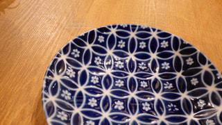 木製のテーブルの上に置かれた日本らしい伝統模様が美しいお皿の写真・画像素材[2798887]