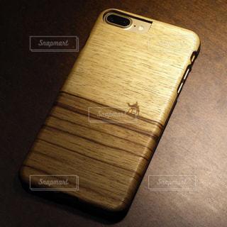 スマートフォン用の木製のカバーの写真・画像素材[2803837]