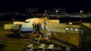 深夜の成田空港でホノルルへ向けて出発を待つじゃんジェット機の写真・画像素材[2817180]
