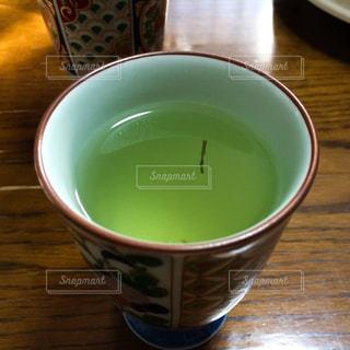 湯呑みの中に浮かぶ茶柱の写真・画像素材[2817188]