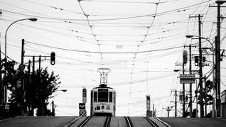 映画の撮影地としても有名な函館市電青柳町電停に停車中のレトロな路面電車の写真・画像素材[2819262]