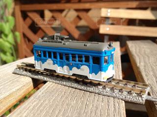 木製のテーブルの上に乗っている阪堺電車の鉄道模型の写真・画像素材[2819692]