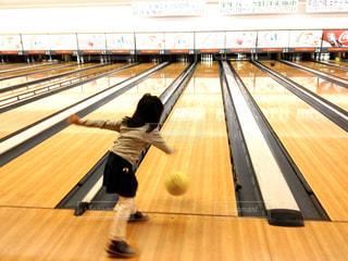 ボウリングを楽しむ小さな女の子の頑張る後ろ姿の写真・画像素材[2870161]