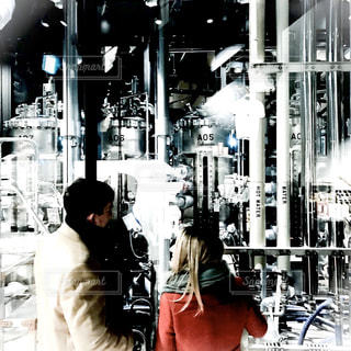 地ビールの製造プラントを見学するカップルの写真・画像素材[2878097]
