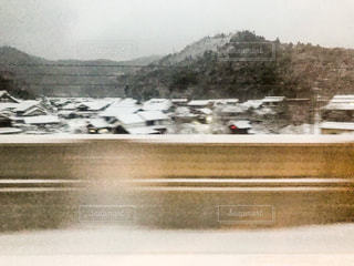 真冬の関ヶ原付近を徐行運転する新幹線からの車窓の写真・画像素材[2898586]