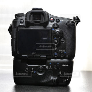 テーブルの上の黒いデジタル一眼カメラの写真・画像素材[2900324]