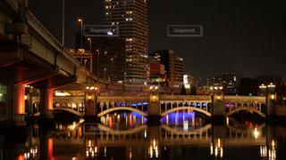水都、大阪の淀屋橋から眺める水晶橋と高層ビル、高速道路の夜景の写真・画像素材[2900927]
