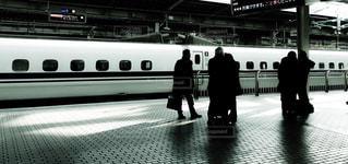 新幹線のホームで列車を待つビジネスマンの写真・画像素材[2940510]