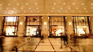 大阪梅田の阪急百貨店本店のショーウィンドウ前を往来するたくさんの人々の写真・画像素材[2943379]