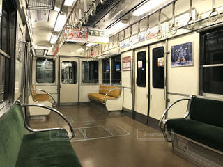 残業で疲れた深夜の京阪電車でひとり寂しく帰るワンシーンの写真・画像素材[2945034]