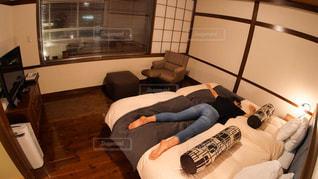 ホテルのベッドに服を着たままうつ伏せに寝そべる女性の写真・画像素材[2949084]