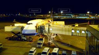 成田空港でハワイホノルルに向けて出発を待つ深夜便のボーイング747ジャンボ旅客機の写真・画像素材[2949446]