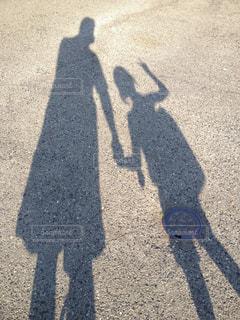 夏の午後、小学校からの帰り道に娘を迎え道路の影で記念写真の写真・画像素材[2954298]