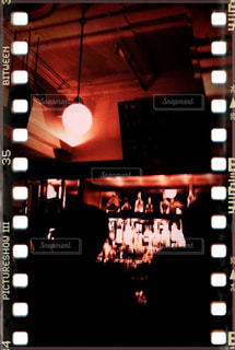 深夜のバーでスコッチウイスキーを飲む大人たちの写真・画像素材[2954687]