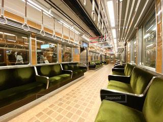 深夜のガラガラの阪急電車の車内の写真・画像素材[3014556]