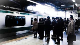 朝の新宿駅のホームで新木場行きの埼京線の電車に乗り込む通勤客の列の写真・画像素材[3060361]