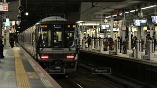 夜の大阪駅を発車する米原行きの新快速電車の写真・画像素材[3091151]