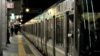 夜の大阪駅を出発する京都方面行きの新快速電車の写真・画像素材[3091147]