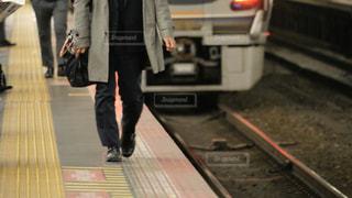 駅のホームの端を歩く人の写真・画像素材[3091148]