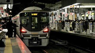 夜の大阪駅に到着したJRの快速電車の写真・画像素材[3091158]