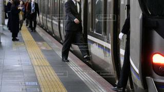 大阪駅で新快速電車に乗り込むサラリーマンの写真・画像素材[3091154]