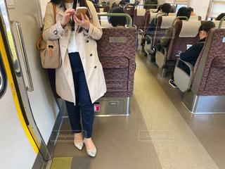 時差出勤でガラガラの通勤電車に乗りスマホを操作する大人の女性の写真・画像素材[3108007]