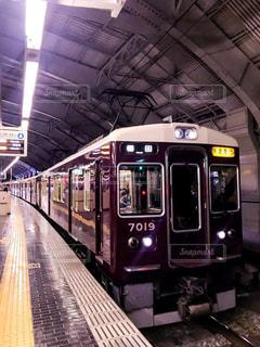 三ノ宮駅で発車を待つ阪急神戸線の電車の写真・画像素材[3132119]