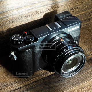 テーブルの上の黒いカメラとレンズの写真・画像素材[3197955]