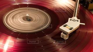赤いアナログレコードを再生している写真の写真・画像素材[3344423]