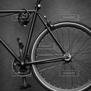 黒い壁の前にある黒い自転車の写真・画像素材[3470255]