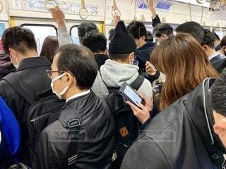 朝の混雑する通勤電車の車内の写真・画像素材[3962291]