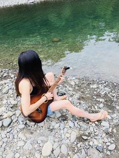 川でギター練習の写真・画像素材[1036192]