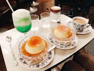 食品やコーヒー テーブルの上のカップのプレート - No.813934