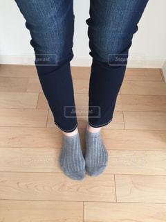 靴の前に立つ女性の写真・画像素材[2373703]