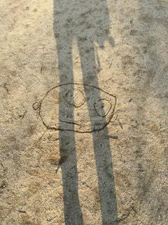 土の中に立っている人の写真・画像素材[2373706]