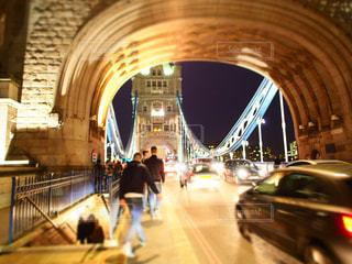 橋の上に立っている人 - No.797653