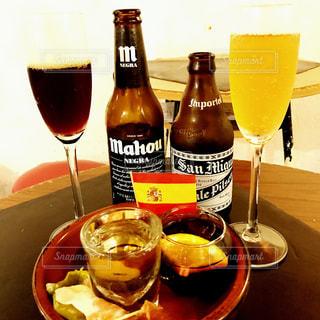 ワインとビール、テーブルの上のガラスのボトルの写真・画像素材[1119257]