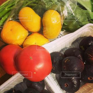 新鮮なフルーツと野菜  プレートをいっぱいの写真・画像素材[1119258]