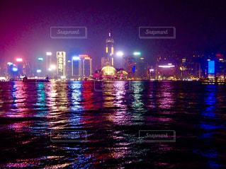 雨の夜のトラフィック ライトの写真・画像素材[1008969]