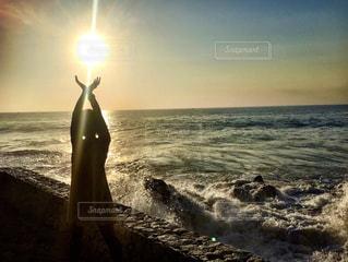 水の体に沈む夕日の写真・画像素材[1008970]