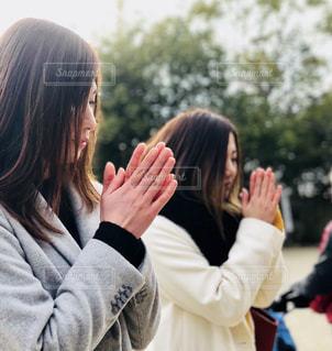 携帯電話で通話中の女性の写真・画像素材[1008974]