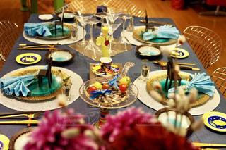 バースデー ケーキでテーブルに座っている人々 のグループの写真・画像素材[1025555]