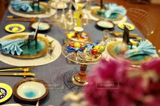 テーブルな皿の上に食べ物のプレートをトッピングの写真・画像素材[1025556]